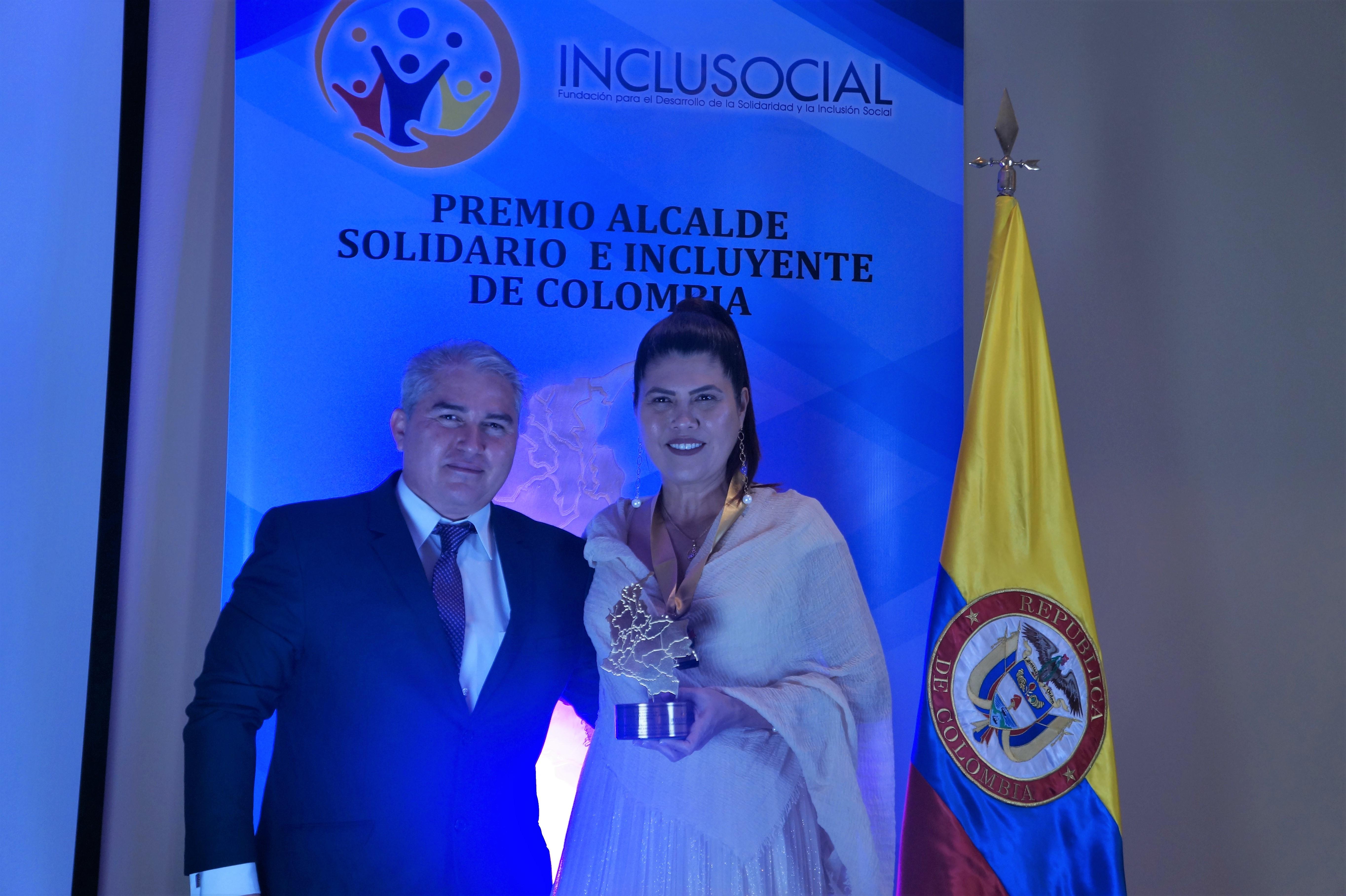 "Madeleine Arias Giraldo recibe el premio ""Alcaldesa Solidaria e Incluyente de Colombia 2019″"