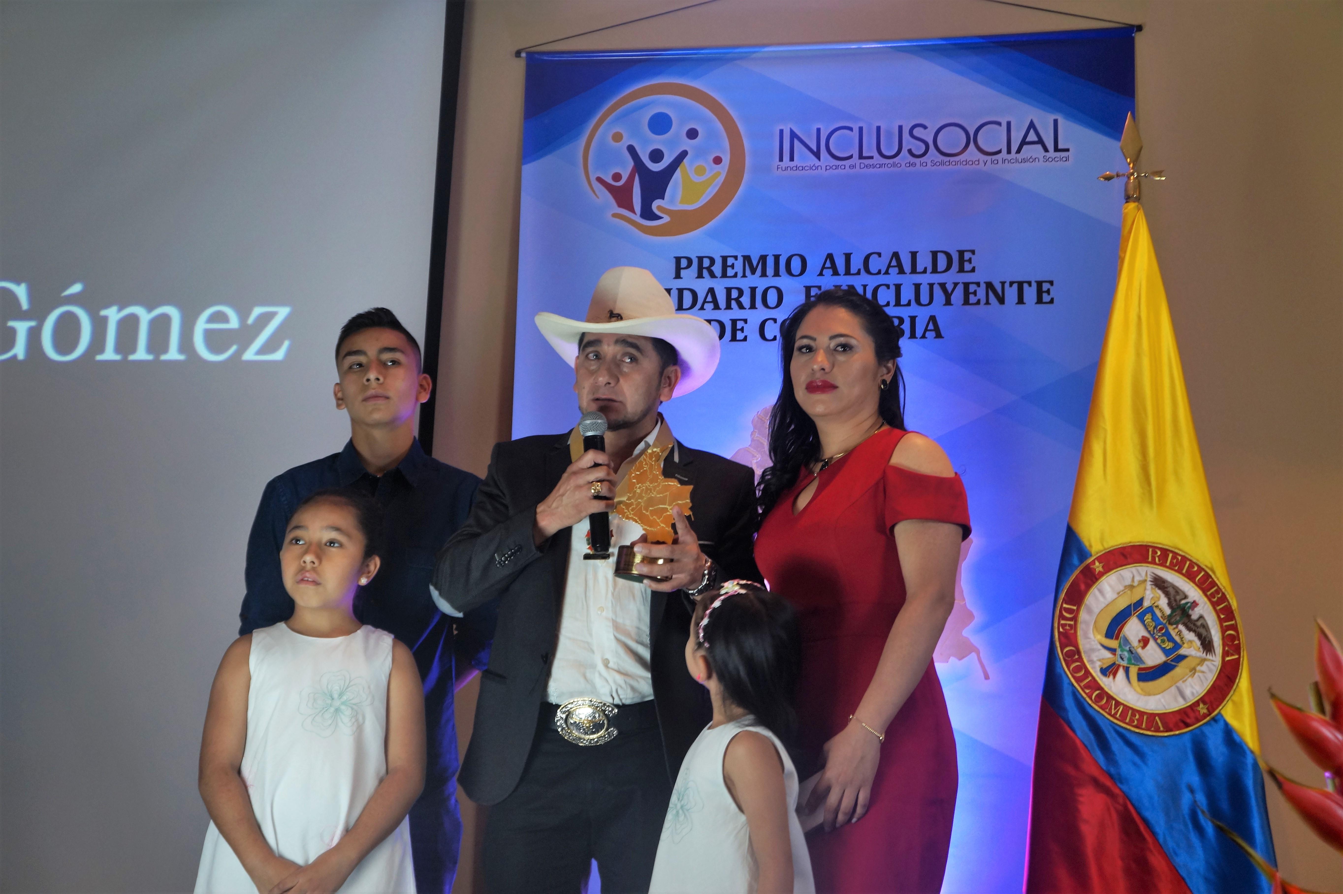 """Rigoberto Rosero Gómez recibió el premio """"Alcalde Solidario e Incluyente de Colombia 2019″"""